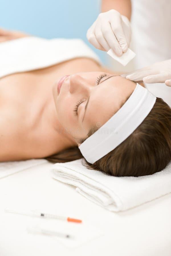 De injectie van Botox - Vrouw in kosmetische salon stock fotografie