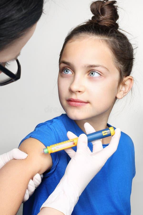 De injectie van insuline, een kind met diabetes stock foto's