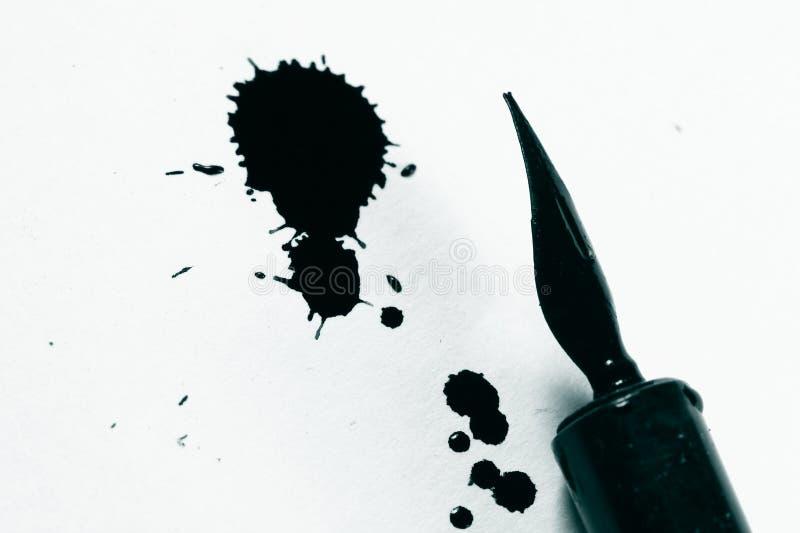 De inkt en de pen van de schrijver stock foto