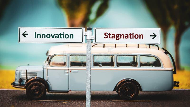 De Innovatie van het straatteken tegenover Stagnatie stock afbeelding
