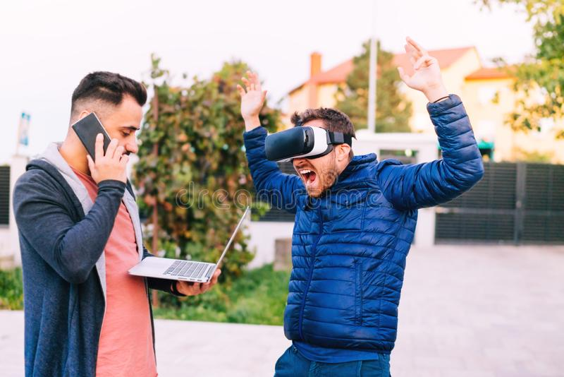 de innovatieve beschermende brillen en laptop van technologieënvr En groep ontwikkelaars, mensen die samenwerken communiceren stock foto