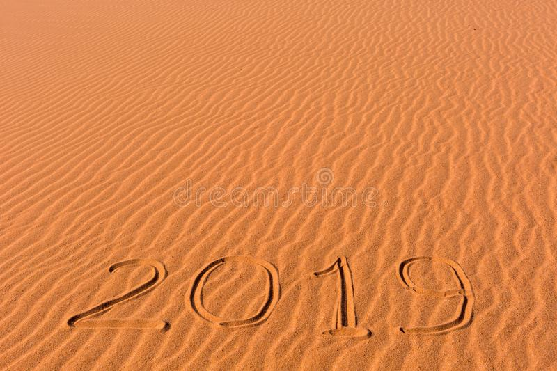 de inschrijving van 2019 op de gouden golvende duinen dat van het strandzand wordt geschreven royalty-vrije stock afbeeldingen