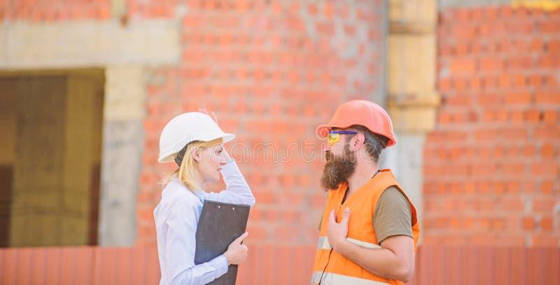 De inspectie van de bouwwerfveiligheid Bespreek vooruitgangsproject Bouwproject het inspecteren Het concept van de veiligheidsins stock foto
