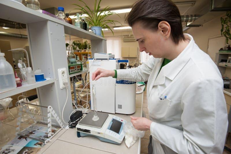 De inspectie van de staat van de kwaliteit van producten die in het teken komen stock afbeelding
