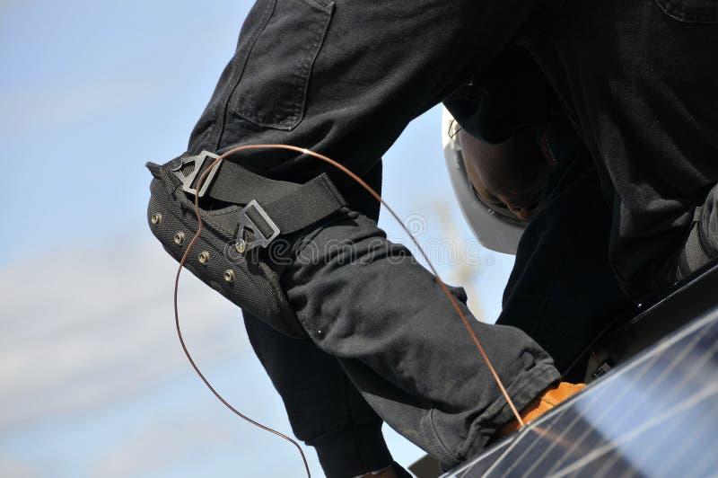 De Installateur van het zonnepaneel stock foto's