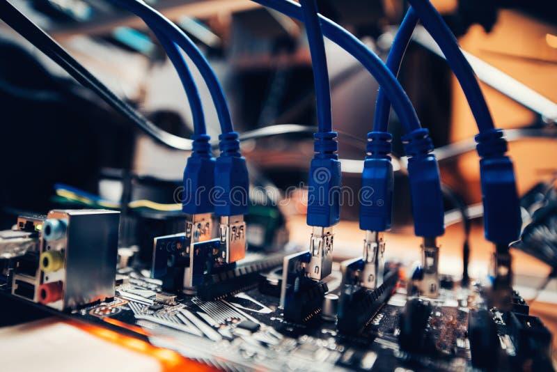 De installatie technologische details van de Cryptocurrencymijnbouw Grafiekkaarten in motherboard worden opgenomen die royalty-vrije stock afbeelding