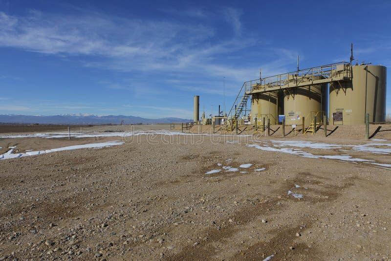 De Installatie van Fracking van de olie dicht bij een huis in de landbouwgrond van Colorado. royalty-vrije stock afbeelding