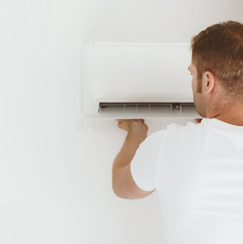 De installatie van het airconditioningssysteem royalty-vrije stock afbeelding