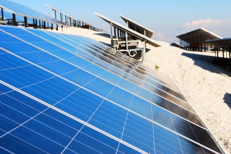 De installatie van het zonnepaneel stock foto's