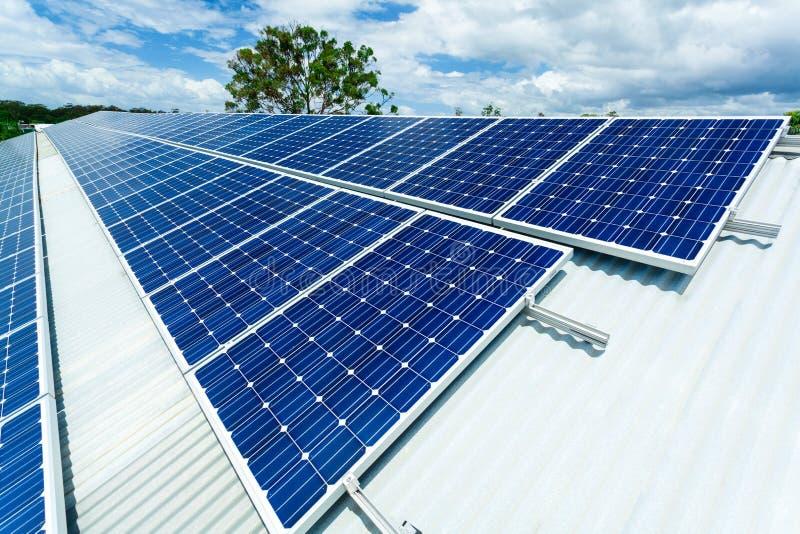 De installatie van het zonnepaneel stock afbeeldingen