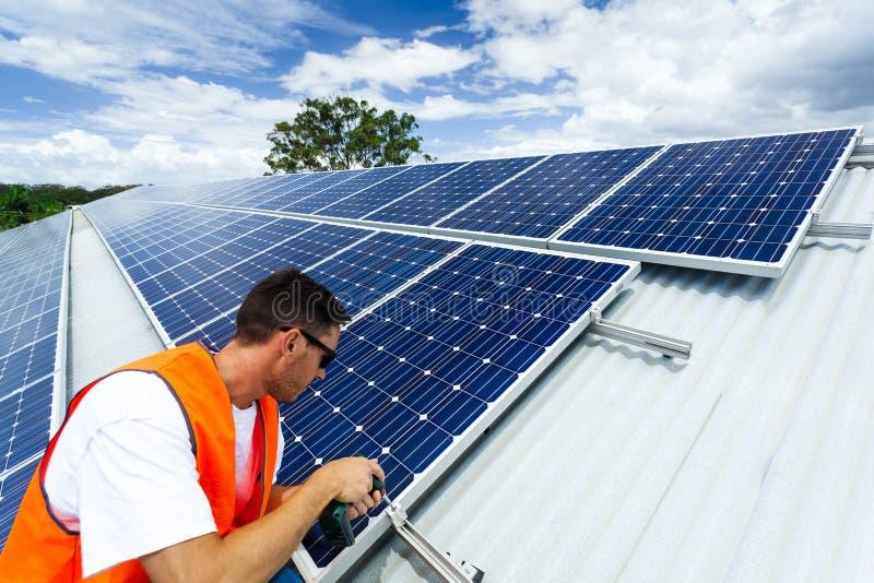 De installatie van het zonnepaneel stock fotografie
