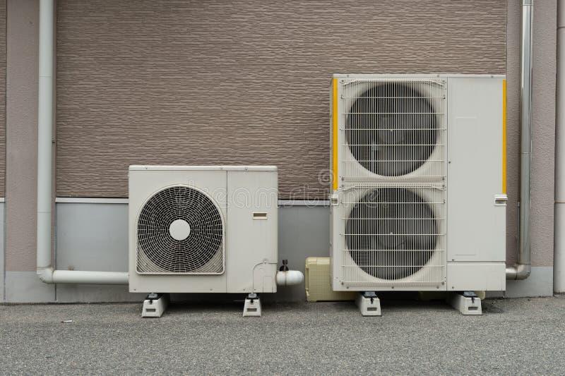De installatie van de luchtcompressor op voetstuk openlucht stock foto