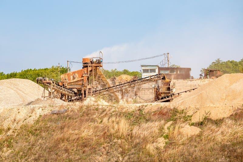 De installatie van de mijnbouwtransportband voor de extractie en verpletteren die van steen, het proces van verwerking uitvoeren  royalty-vrije stock fotografie