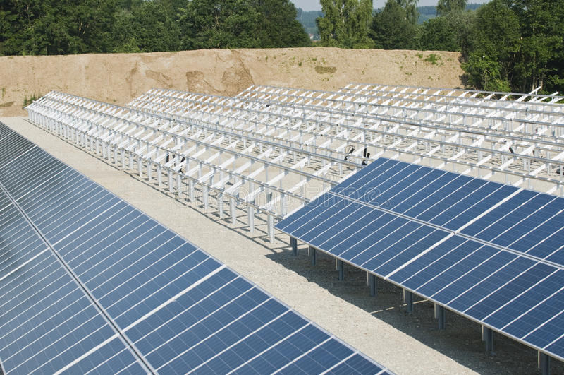De Installatie van zonnepanelen royalty-vrije stock afbeelding