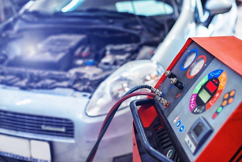 De installatie vult autoairconditioner opnieuw stock afbeeldingen