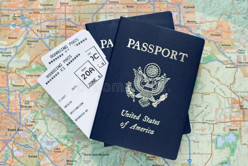 De instapkaarten van het vliegtuig, Amerikaanse paspoorten, kaart royalty-vrije stock afbeelding