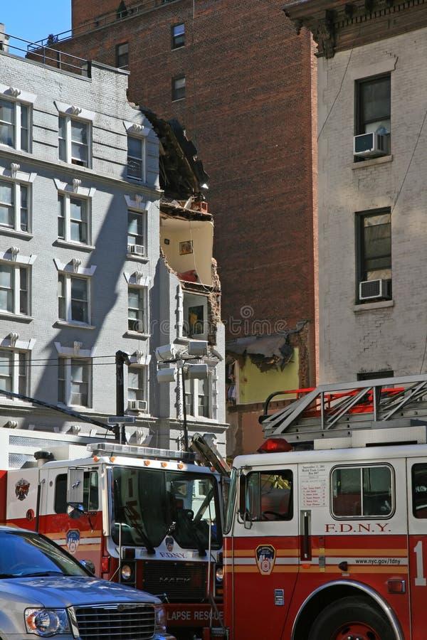 De instorting van de kraan vlakt een 4 verhaalgebouw af stock foto