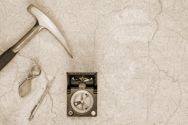 De instrumenten van de geoloog die op een topografische kaart zijn gezet Achtergrond Toning royalty-vrije stock foto