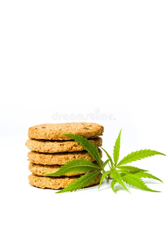 De integrale koekjes met marihuana doorbladert geïsoleerd stock afbeelding