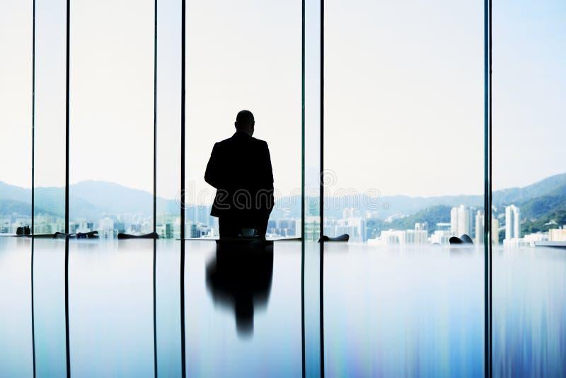 De intelligente mannelijke professionele bankier bevindt zich in conferentieruimte stock afbeelding