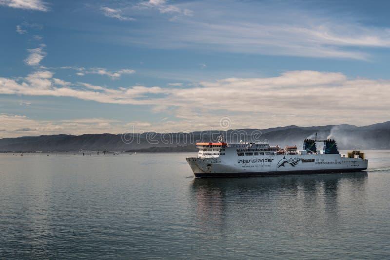 De Interislanderveerboot komt in Wellington Habour, Nieuw Zeeland aan stock foto