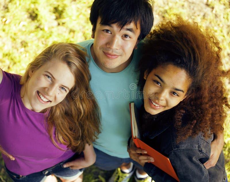 De internationale groep studenten sluit omhoog het glimlachen stock foto