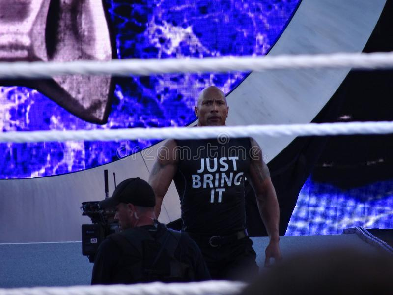 De internationale superster de Rots, Dwayne Johnson, maakt een verrassingsingang aan de arena royalty-vrije stock foto