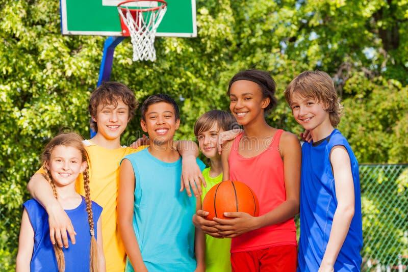 De internationale vrienden bevinden zich na basketbalspel royalty-vrije stock fotografie
