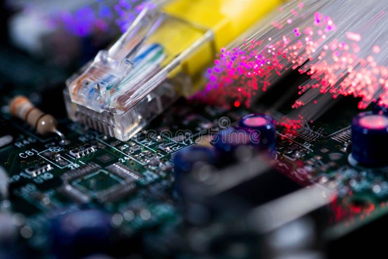 De Internet del encender placa de circuito amarilla del ordenador, fibras ópticas que brillan intensamente imagen de archivo libre de regalías