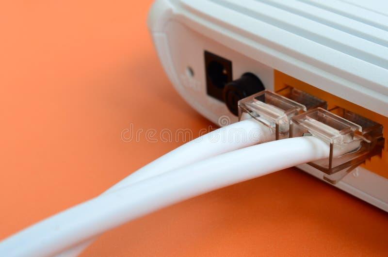 De Internet-kabelstoppen worden verbonden met de Internet-router, w royalty-vrije stock afbeeldingen