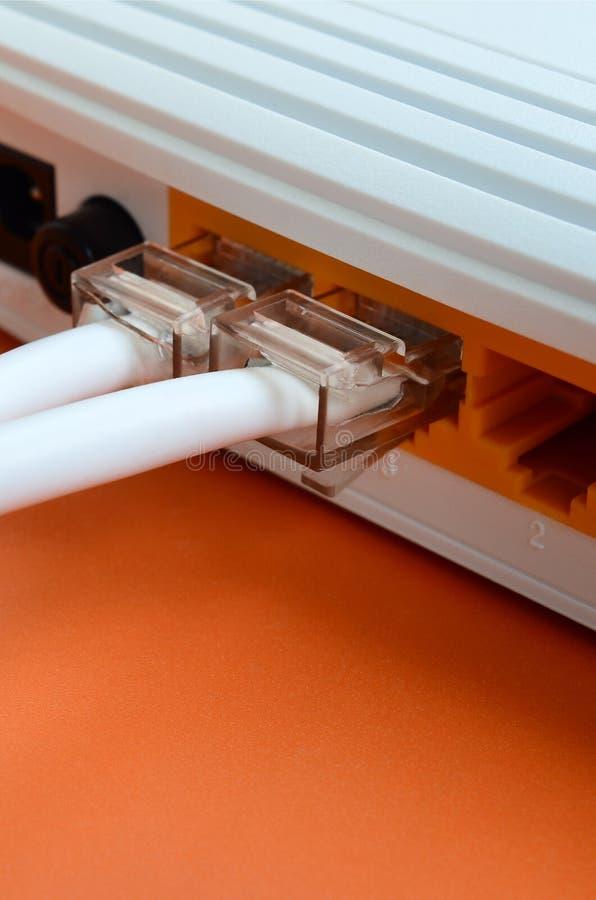 De Internet-kabelstoppen worden verbonden met de Internet-router, w stock foto's