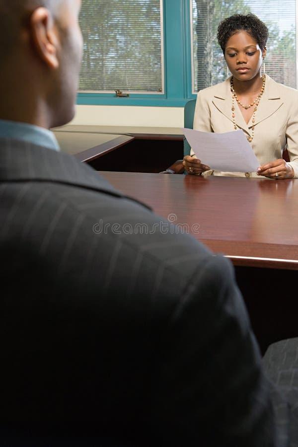 De interviewerlezing hervat stock foto's