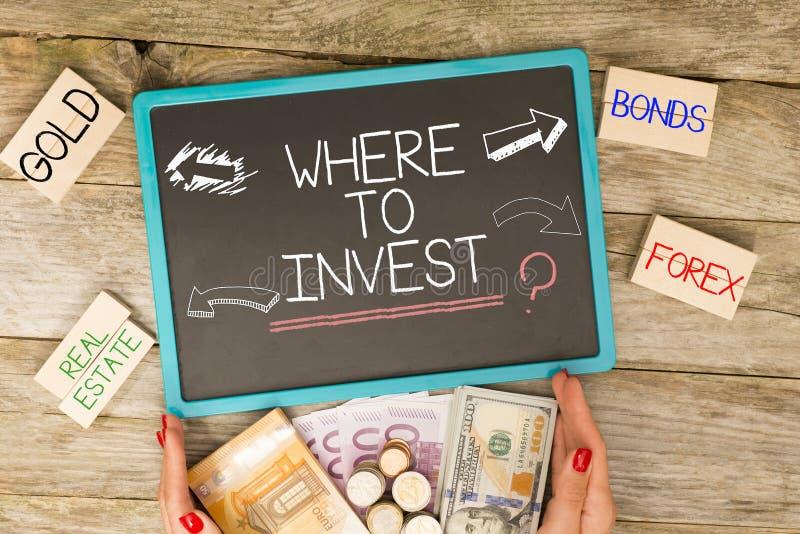 De investeerder heeft inspiratie nodig waar te om vraag voor stapel van contant geldgeld te investeren stock foto's