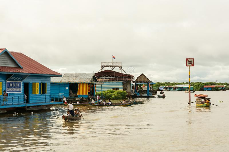 De inwoners van drijvend dorp dichtbij Siem oogsten op Tonle-Sapmeer stock afbeeldingen