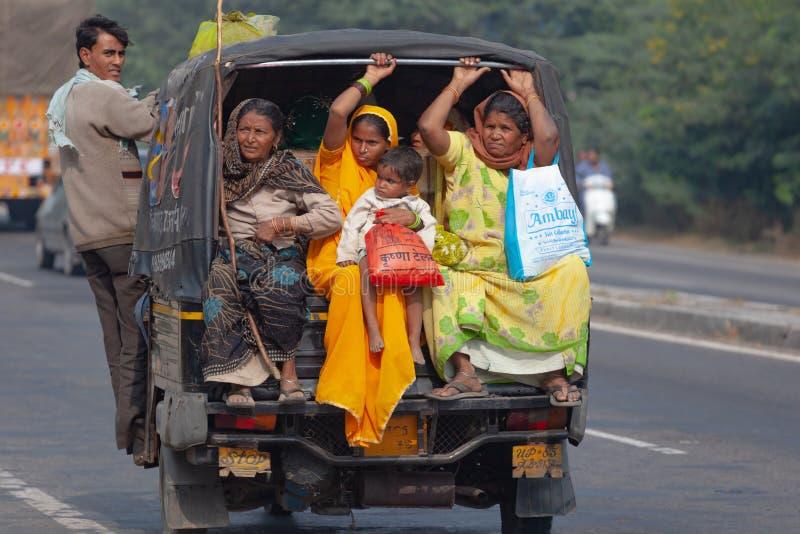 De inwoners van India gaan door vervoer royalty-vrije stock foto