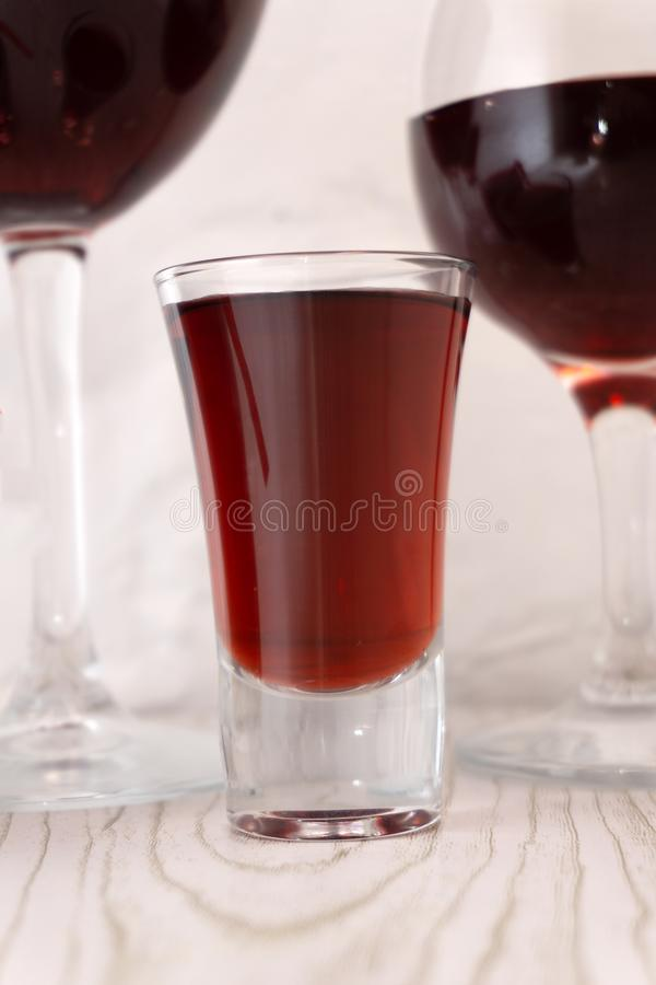 De inzameling van de cocktail: Schot met twee lagen Op witte achtergrond stock afbeeldingen