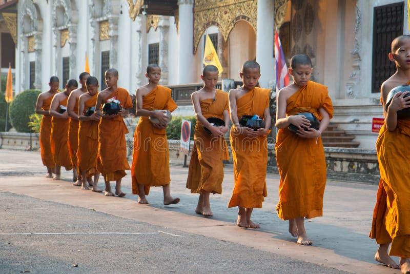 De Inzameling van de de Ochtendaalmoes van de boeddhistische Monnik royalty-vrije stock afbeeldingen