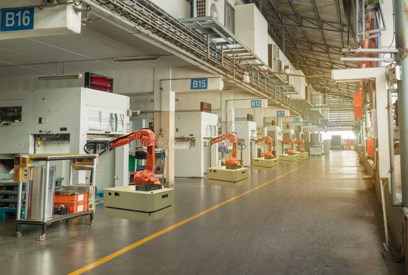 De Iot slimme industrie 4 0 Concept Automatiserings robotachtig wapen die in de streek van de verrichtingsmachine in fabriek, Rob royalty-vrije stock foto