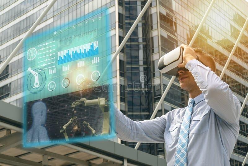 De Iotindustrie 4 0 die concept, industriële ingenieur slimme glazen met vergroot gebruiken gemengd met virtuele van het werkelij royalty-vrije stock fotografie