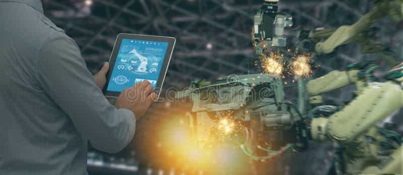 De Iotindustrie 4 0 die concept, industriële ingenieur software vergroot, virtuele werkelijkheid in tablet aan de controle van ma royalty-vrije stock foto