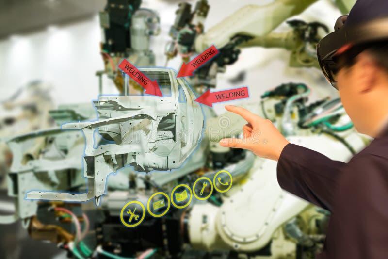 De Iotindustrie 4 industrieel concept 0, engineerblurred het gebruiken van slimme glazen met vergroot gemengd met virtuele werkel stock afbeeldingen