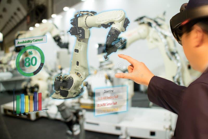 De Iotindustrie 4 industrieel concept 0, engineerblurred het gebruiken van slimme glazen met vergroot gemengd met virtuele werkel royalty-vrije stock afbeelding