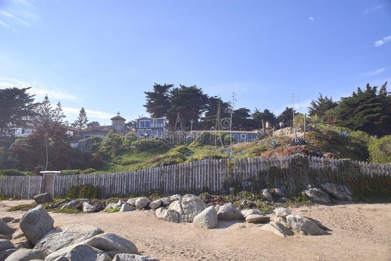 10/08/2016 de Isla Negra, o Chile Vistas e paisagens de uma das casas na costa central do poeta chileno Pablo Neruda imagens de stock royalty free