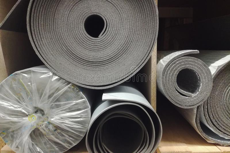 De isolatieschuim van de polyethyleenisolatie met aluminiumfolie in broodjes in opslag royalty-vrije stock afbeeldingen