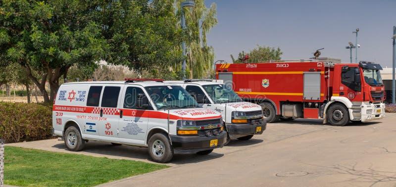 """De Israëlische ziekenwagenauto's, riepen \ """"Magen David Adom \"""" en firetruck stock foto's"""