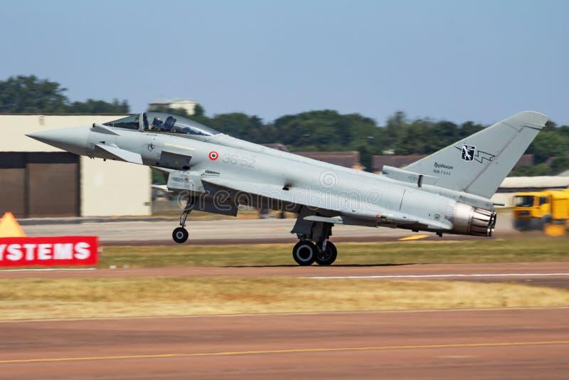 De Italiaanse aankomst van de vechters straalvliegtuigen van Luchtmachteurofighter typhoon MM7343 en het landen voor Koninklijke  royalty-vrije stock foto
