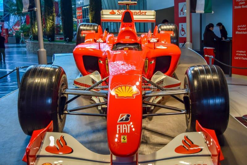 De Italiaanse automobiele die auto van merkfiat binnen een paviljoen bij een auto wordt getoond toont voor de bezoekers stock fotografie