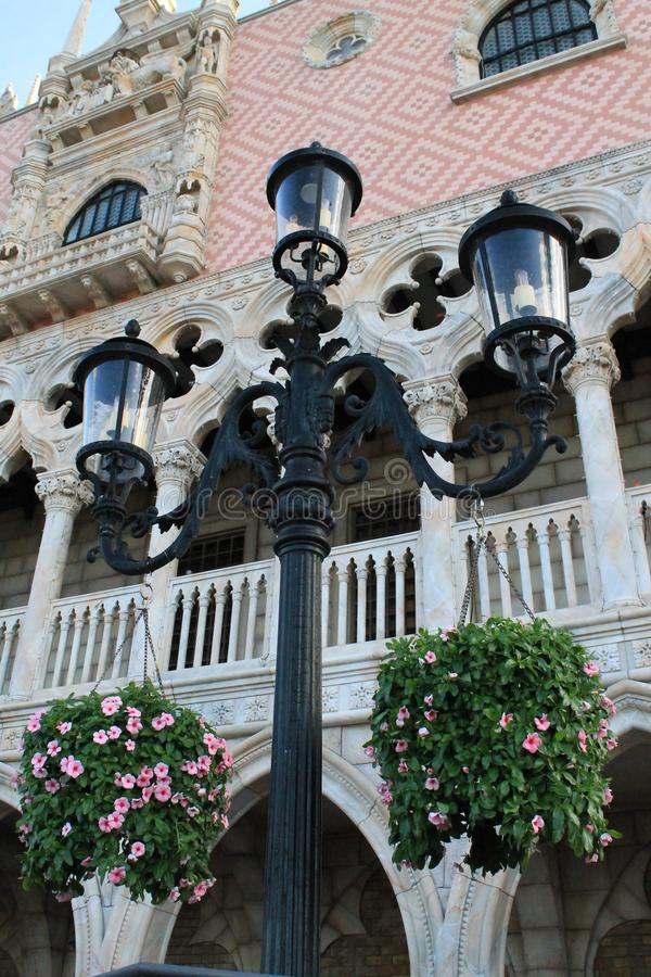 De Italiaanse bouw van de renaissancestijl en lamppost stock afbeelding