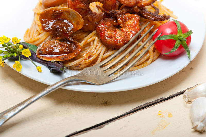 De Italiaanse deegwaren van de zeevruchtenspaghetti op rode tomatensaus stock afbeeldingen