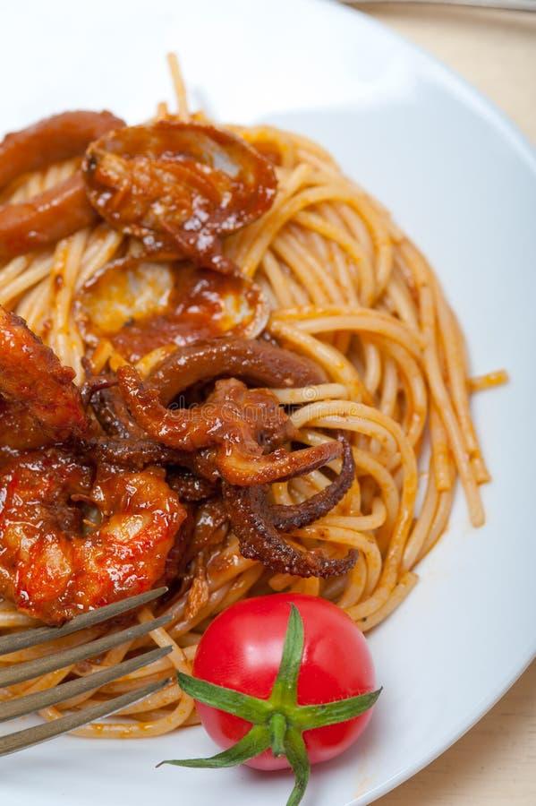 De Italiaanse deegwaren van de zeevruchtenspaghetti op rode tomatensaus stock afbeelding